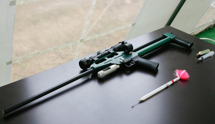 Air_rifle_with_tranquilliser_dart.jpg